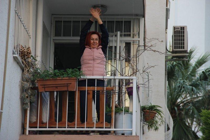 Onu gören balkona çıktı! Evden çıkamayanlara nefes aldırdı