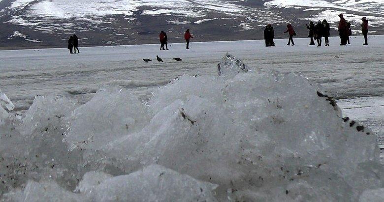 Buz tutan gölde horon teptiler