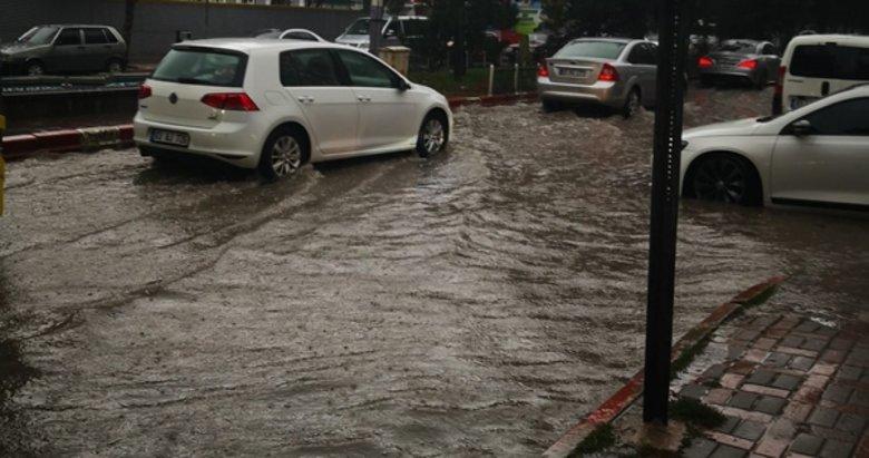 Afyon'da 15 dakika süren yağış sokakları göle çevirdi