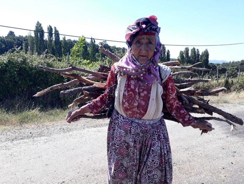 Çanakkale'de 94 yaşındaki Hanife Teyze kışlık odununu sırtında taşıyor