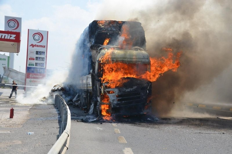 Turgutlu'da saman yüklü tır alev alev yandı