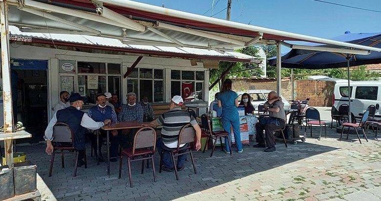 Kütahya'da mobil aşı ekipleri kahvehanelerde aşı yapıyor