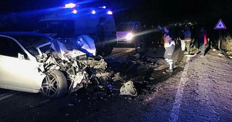Denizli'de ağaç yüklü traktör ile otomobil çarpıştı