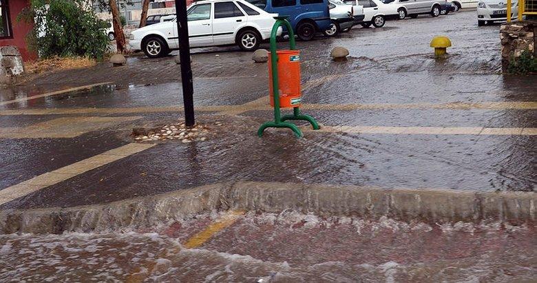 Didim'de şiddetli yağış caddeleri dereye çevirdi