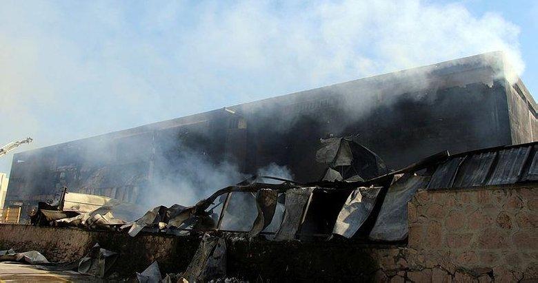 Uşak'ta 15 saattir yanan fabrikada soğutma çalışmaları