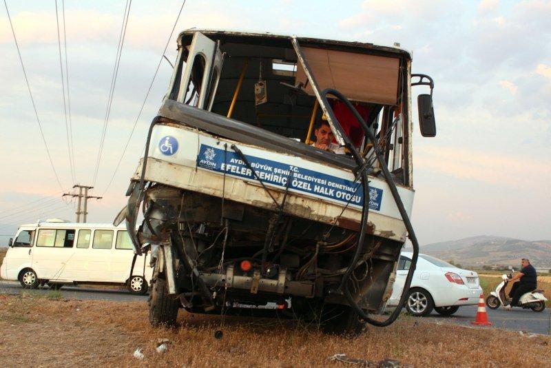 Aydın'da kamyonla midibüs çarpıştı: 7 yaralı