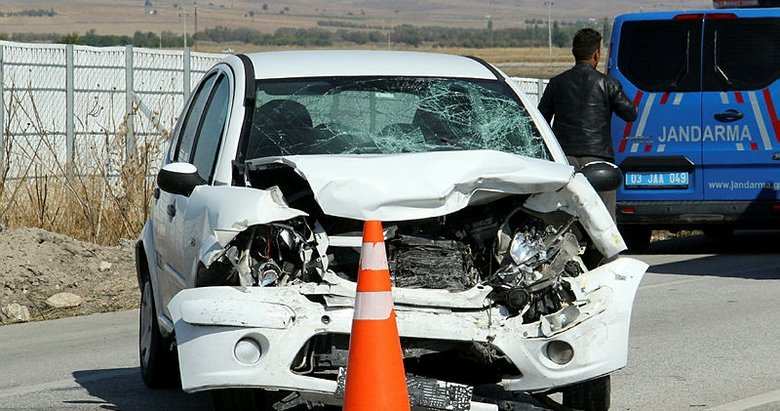 Afyonkarahisar'da iki otomobil kafa kafaya çarpıştı
