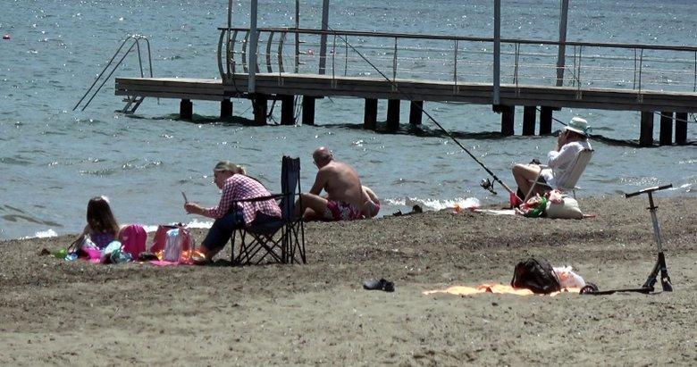 Marmaris'te güneşi gören sahile akın etti
