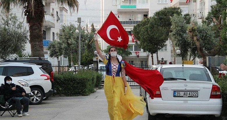 İzmir'de beden eğitimi öğretmeni evdeki çocuklara özel dans gösterisi yaptı