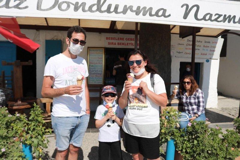 Yılın 365 günü açık! Foça'da 34 yıllık dondurmacıda 31 çeşit ürün