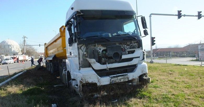 Hafriyat kamyonu kamyonete çarptı: 2 yaralı