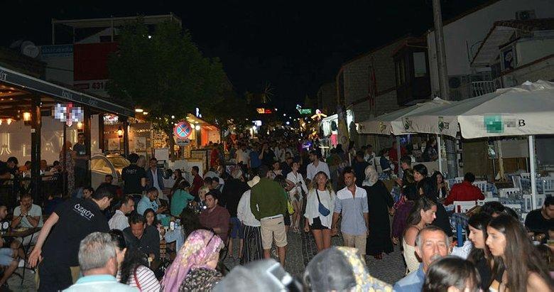 Çeşme'de gündüz plajlar, gece Alaçatı sokakları doldu