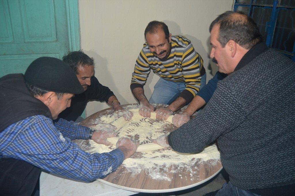 Afyonkarahisar'da yapılan bu tatlının püf noktası sohbet! İşte köylülerin iki asırlık lezzeti...