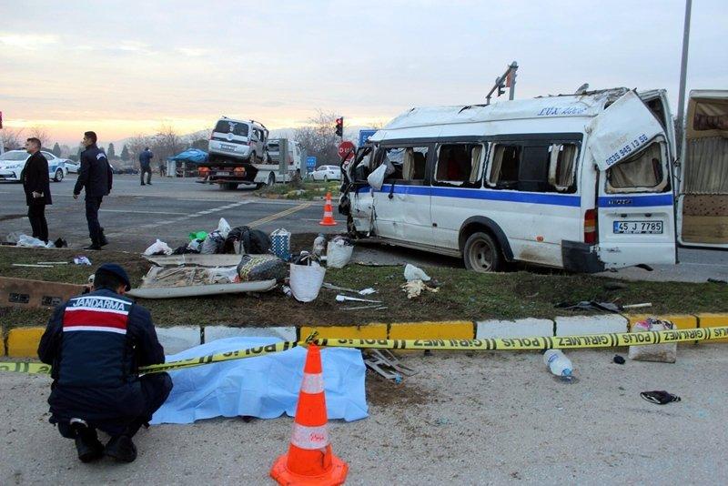Manisa'da can pazarı! Tarım işçilerini taşıyan minibüs kaza yaptı: 1 ölü, 24 yaralı