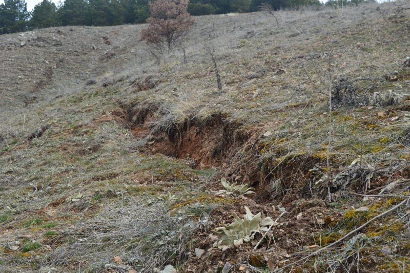 Afyonkarahisar'da heyelan riski köylüleri korkutuyor