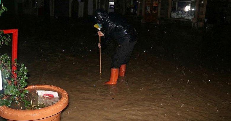 Foça'yı sel vurdu! Sokak ve caddeler suyla doldu