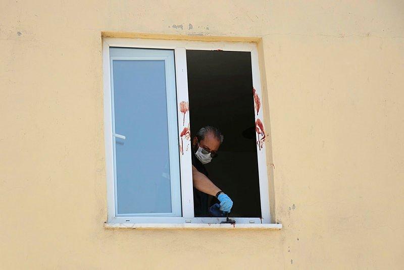 Bıçakla kendi boğazını kesip, 2'nci katın penceresinden atladı