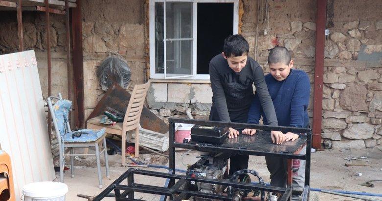 Diziden esinlenen iki kuzen, hurda malzemelerle kendi araçlarını yaptı