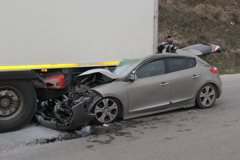 Afyonkarahisar'da otomobil TIR'a çarptı