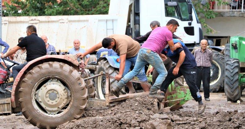 Sel suları Manisa'da mahalleyi yıktı geçti