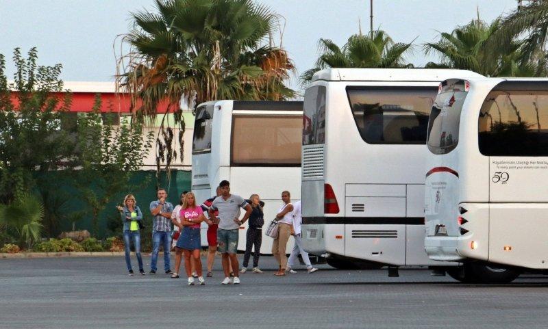 Rus turistleri taşıyan midibüse TIR çarptı