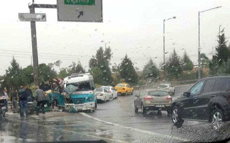 İzmirde yolcu minibüsü bariyere çarptı: 3 yaralı