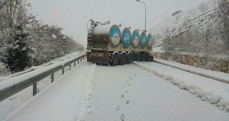 Uşak'ta karda kayan süt tankeri yolu kapattı