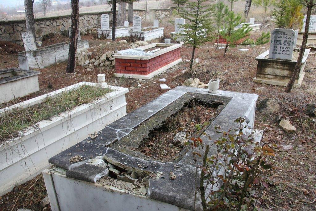 Gece yarısı mezar taşlarını kırdılar