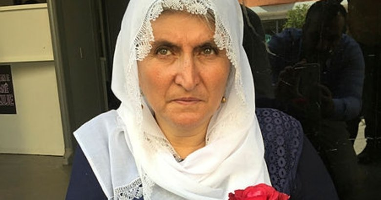 Oğlu HDP'liler tarafından kaçırılan Hacire Akar oturma eylemi yapıyor