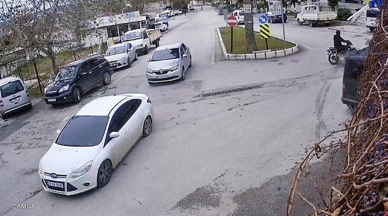 İzmir'de otomobilinden parası çalınınca hırsızları kovaladı