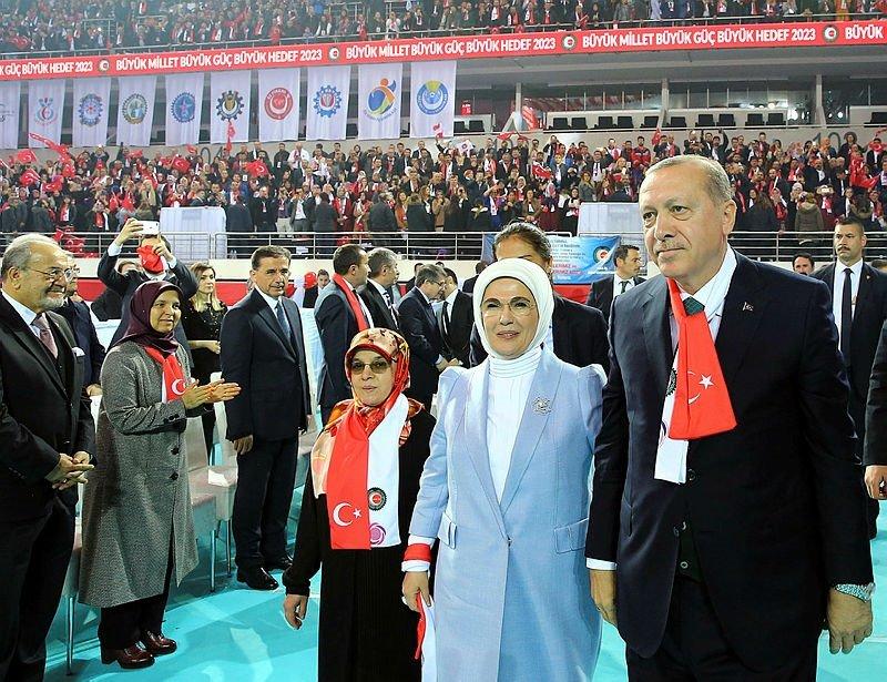Cumhurbaşkanı Erdoğanın makam aracının camına Türk bayrağı yansıdı