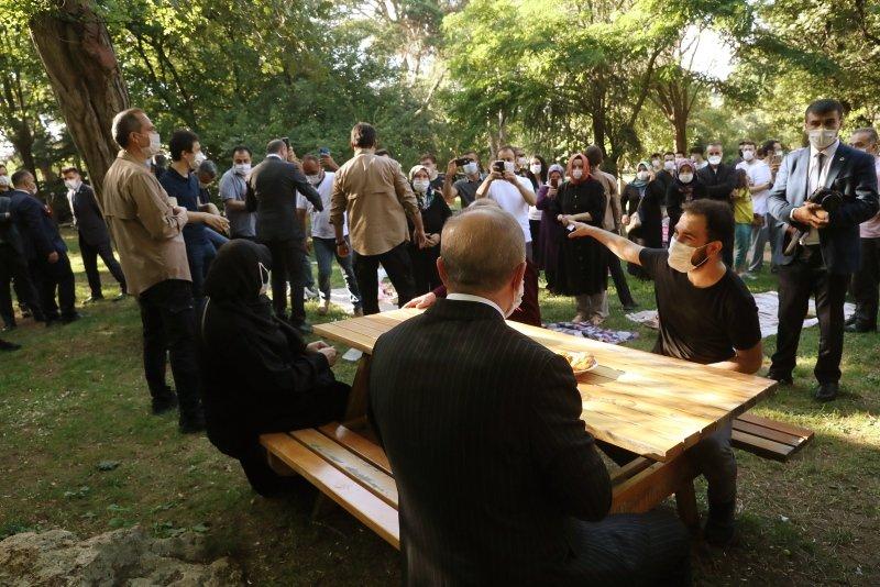 Başkan Erdoğan, Çamlıca'da vatandaşlarla çay içti