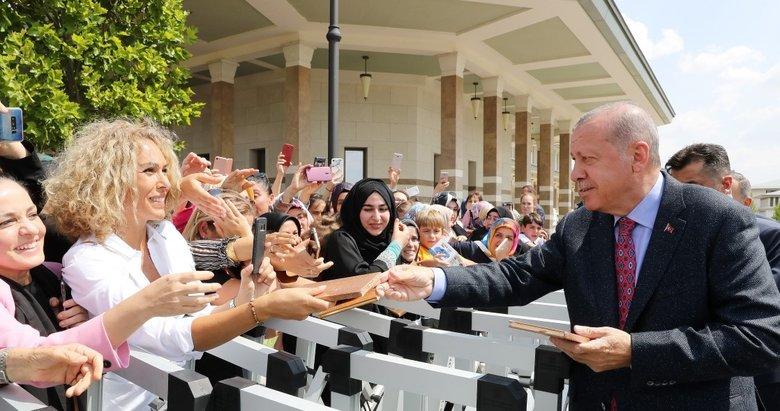 Başkan Recep Tayyip Erdoğan, cuma namazı sonrası vatandaşlarla sohbet etti