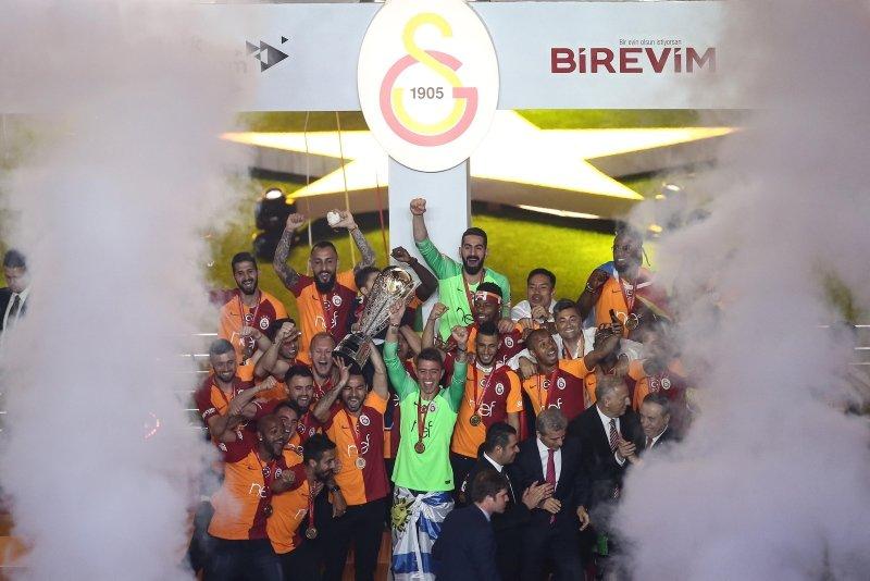 Galatasaray 22. şampiyonluk kupasını kaldırdı