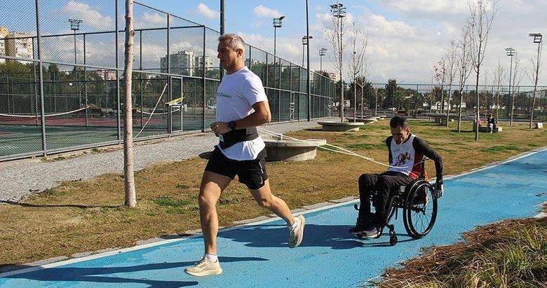 Birbirlerine bağladıkları ip yardımıyla maraton koşularına katılıyorlar