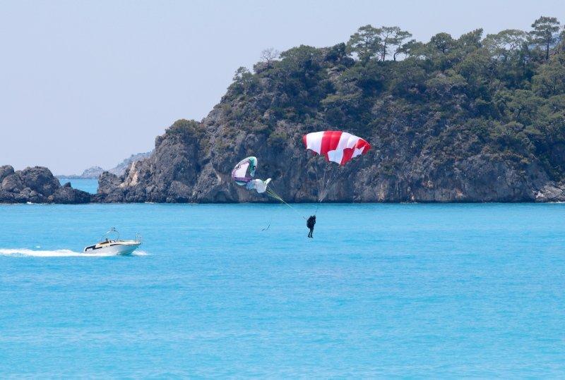 Muğla'da yamaç paraşütü pilotu denize indi