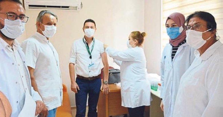 İzmir'de gönüllü sağlık çalışanlarına aşı yapıldı