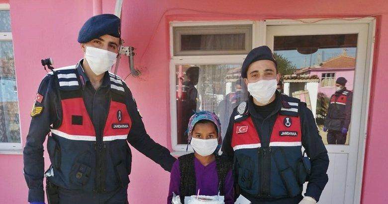 Jandarma'dan sokağa çıkamayan çocuklara sürpriz
