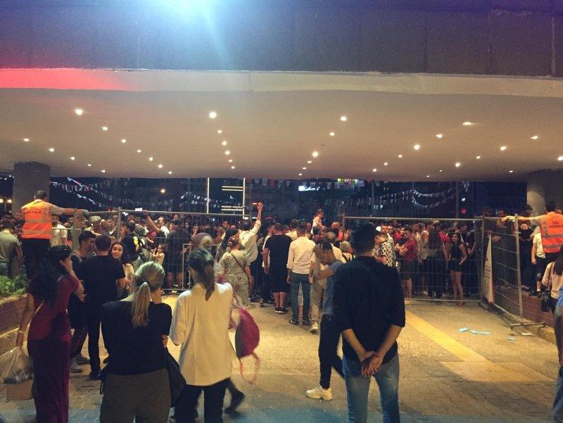 İzmir'de fuarın Lozan ve 9 Eylül kapılarında izdiham
