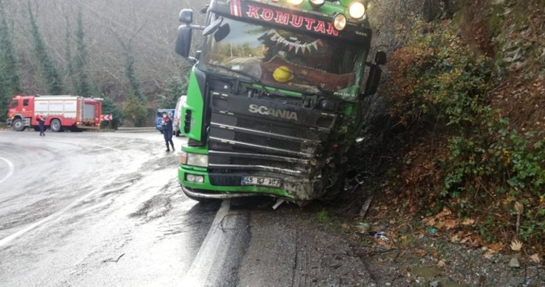 Kontrolden çıkan kamyon, otomobile çarptı