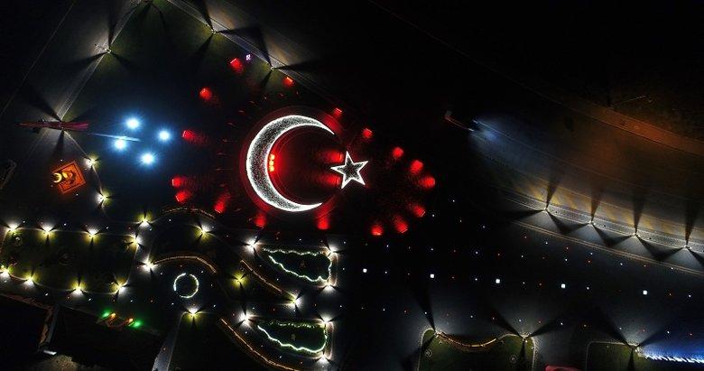 Balıkesir'de al bayrağın rengini gece karanlığıyla bütünleştiren 15 Temmuz anıtı