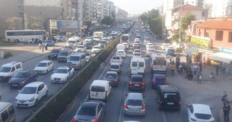 İzmir'de deprem sonrası trafik kilitlendi