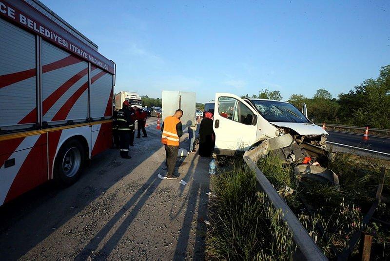 Minibüs bariyerlere çarptı: 7 yaralı