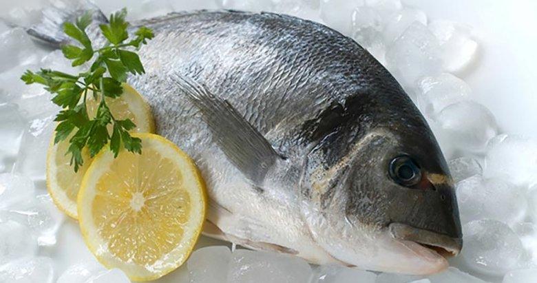 Balığı limon ve soğanla yiyin