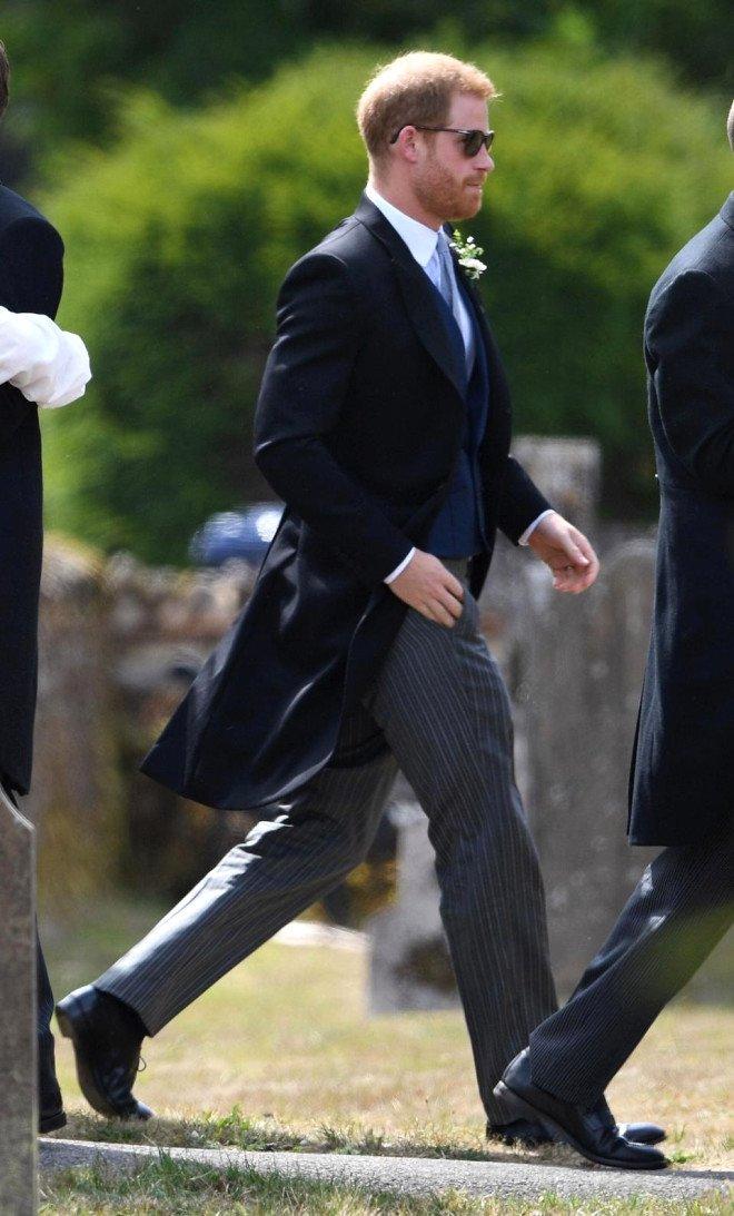 Prens Harry'nin delik deşik olan ayakkabısı sosyal medyayı salladı
