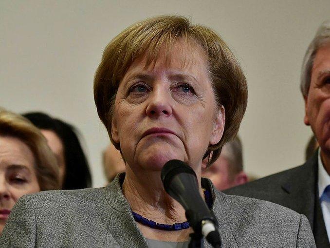 Merkel ortada kaldı