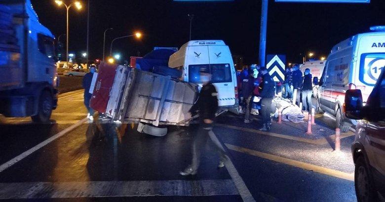 Balıkesir dönüşü feci kaza! Tarım işçilerini taşıyan minibüs, TIR'a çarptı