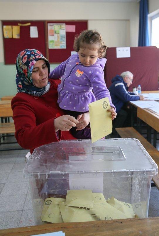 İzmirliler oylarını kullandı. İşte İzmir'den seçim manzaraları...