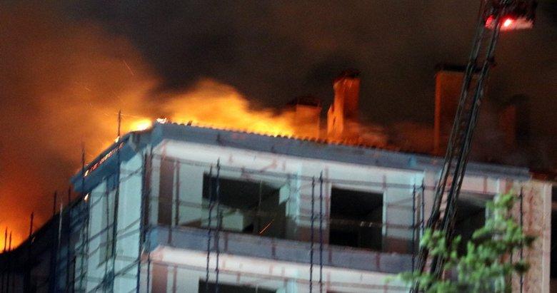 Afyonkarahisar'da yapımı devam eden binaya yıldırım düştü