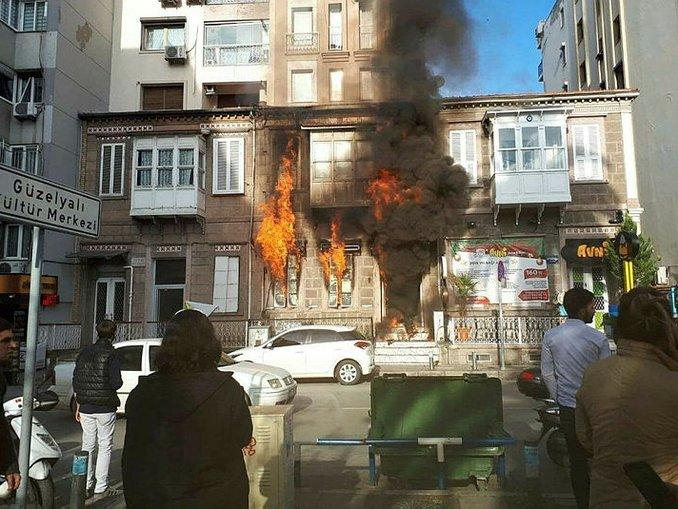 İzmirde kafede korkutan yangın